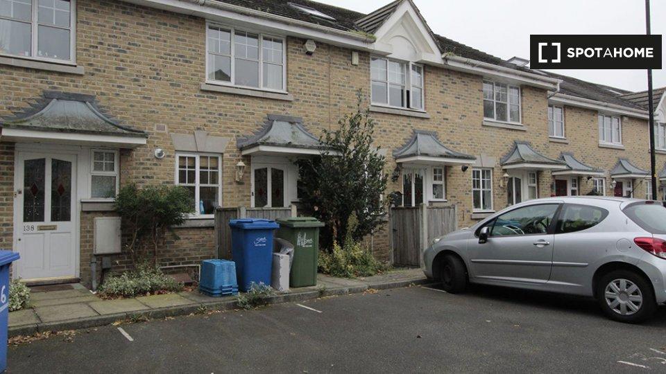 Ann Moss Way, London SE16 2TJ, UK