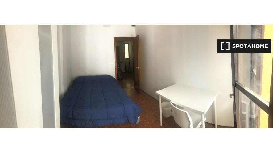 Fantástica habitación en Córdoba con gran ventanal