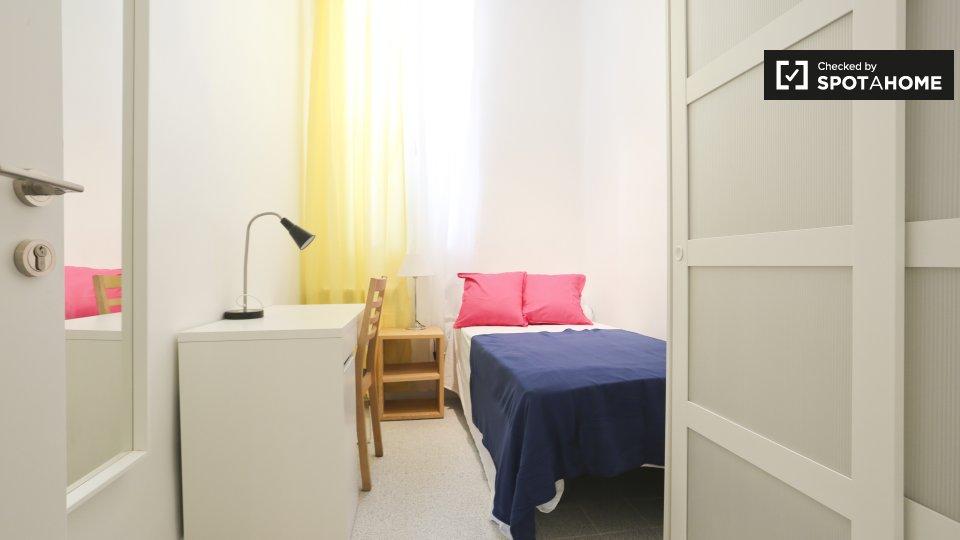 Camera ammobiliata in appartamento con 4 camere da letto