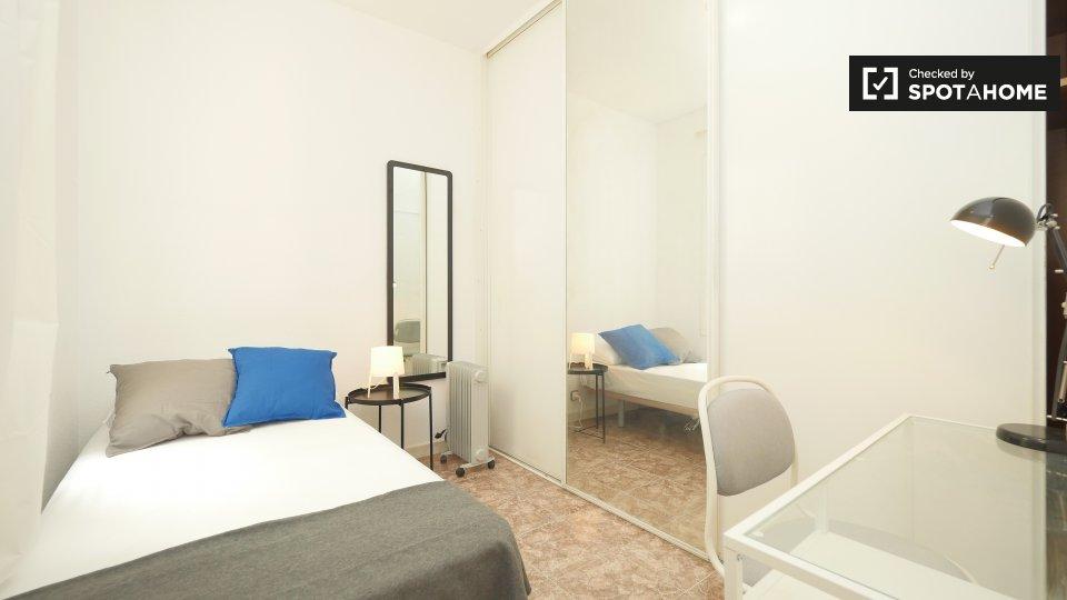 Camera accogliente in appartamento con 6 camere da letto a Les Corts