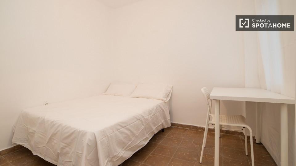 Camera arredata con tavolo in appartamento con 3 camere da letto, Benimaclet