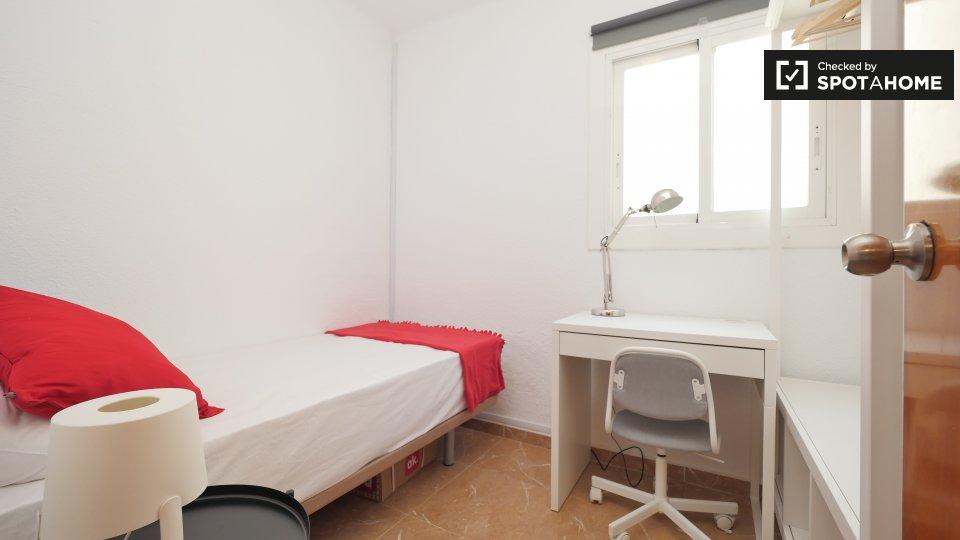 Camera accogliente in appartamento con 6 camere da letto a Poblenou