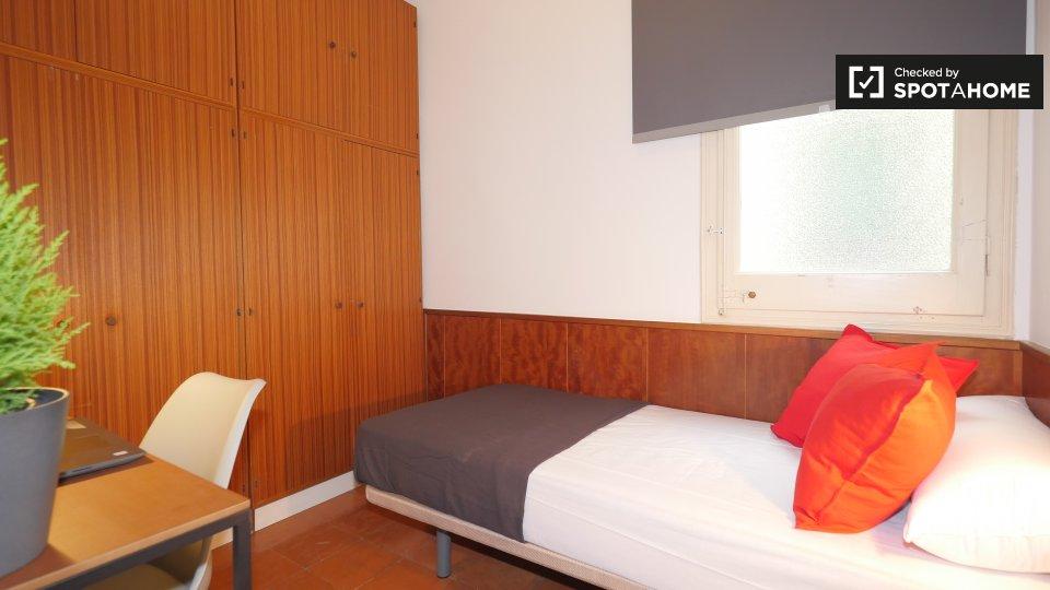 Comoda stanza in affitto in appartamento con 7 camere nell'elegante Eixample Esquerra