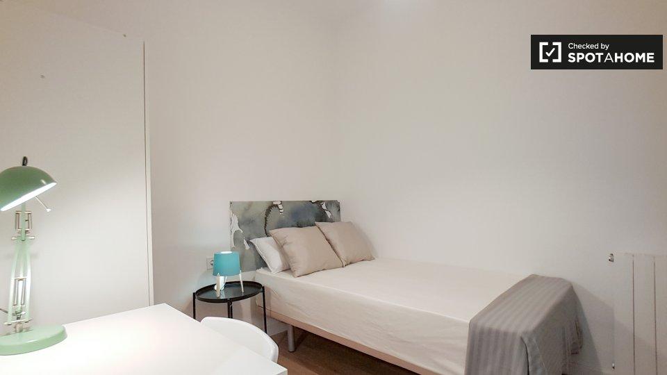 Stanza accogliente in affitto in appartamento con 7 camere da letto a Eixample, Barcellona