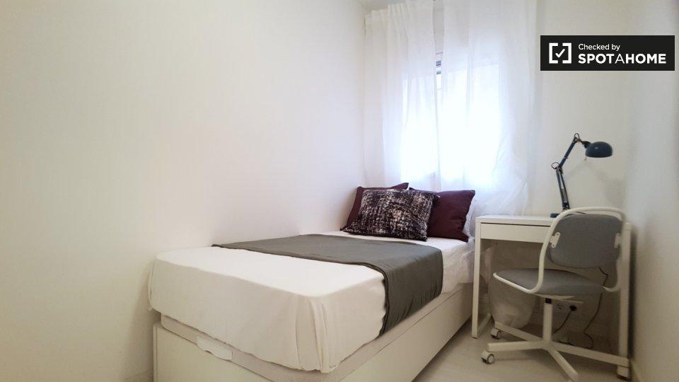 Stanza accogliente in affitto in appartamento con 8 camere da letto a Poble-sec
