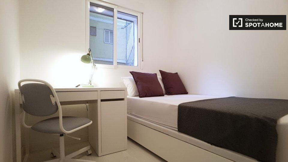 Stanza ordinata in affitto in appartamento con 8 camere da letto a Poble-sec