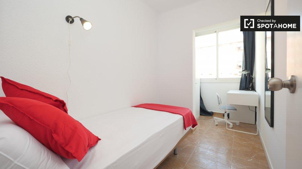 Camera ben illuminata in appartamento con 6 camere da letto a Poblenou