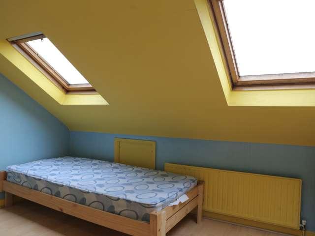 Habitación amueblada en un apartamento de 6 habitaciones en Redbridge, Londres.