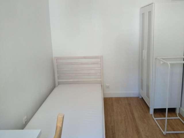 Bom quarto para alugar em apartamento de 3 quartos na Ajuda, Lisboa