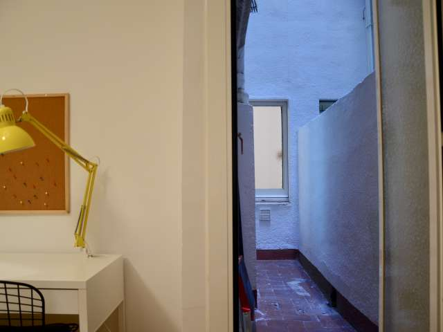 Comfortable room 3-bedroom apartment in Sarrià-Sant Gervasi