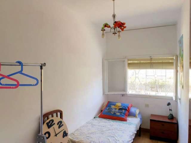 Room for rent in 3-bedroom apartment in Puente de Vallecas
