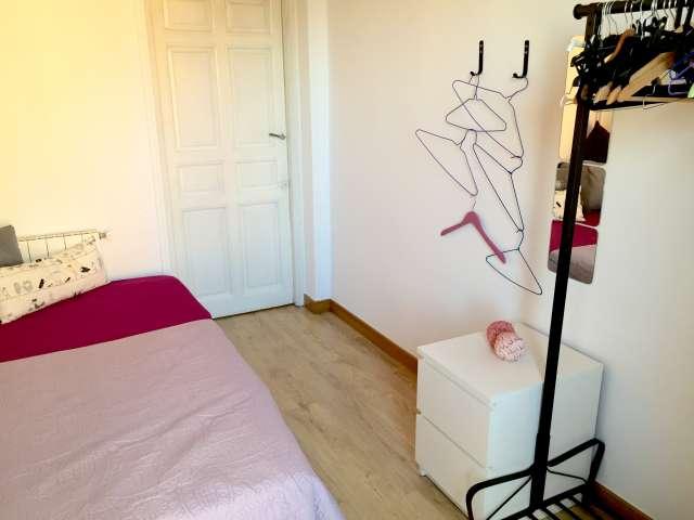 Alquilar una habitación en un apartamento de 5 dormitorios en Latina, Madrid