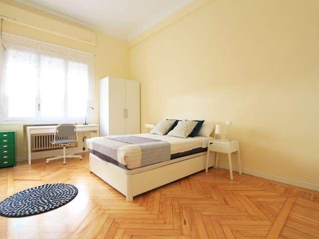 Big room in 7-bedroom apartment in Retiro, Madrid