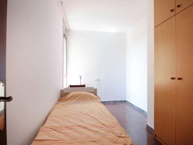 Room for rent in 3-bedroom apartment