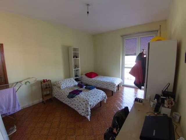 Posti letto in affitto in appartamento con 4 camere da letto a Isola, Milano