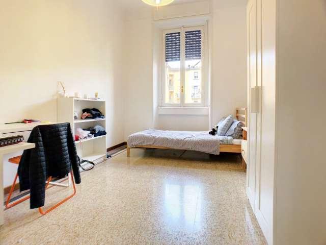 Stanza ordinata in appartamento con 2 camere da letto in Città Studi, Milano