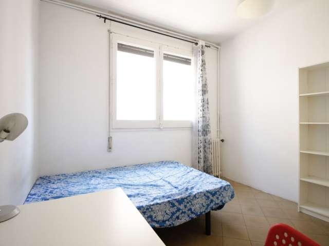 Dekoriertes Zimmer in einer Wohngemeinschaft in Eixample, Barcelona