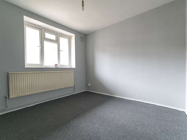 Unfurnished room in 4-bedroom flatshare in Ealing, London
