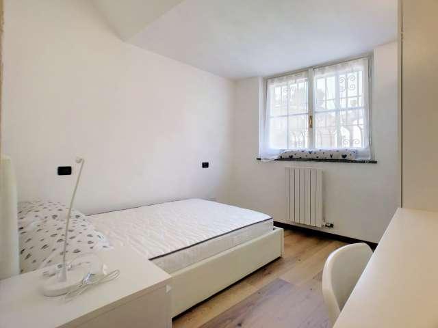 Stanza soleggiata in affitto in appartamento con 8 camere da letto in Centro