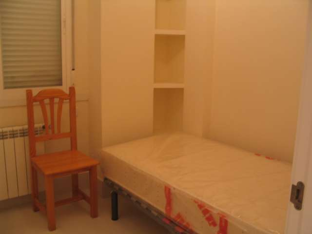 Welcoming room in 4-bedroom apartment in Tetuán, Madrid