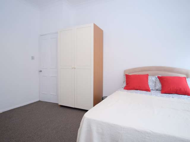 Spacious room to rent in 3-bedroom apartment, Camden, London