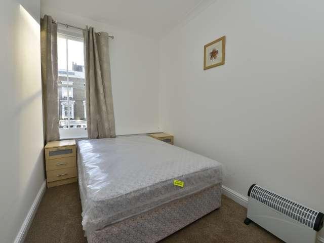 Rooms for rent in 3-bedroom flat in West Kensington, London