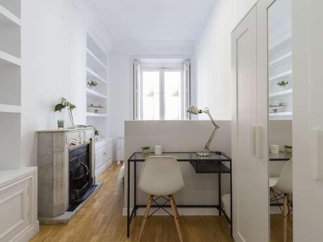 Cosy room in 9-bedroom apartment in Retiro, Madrid