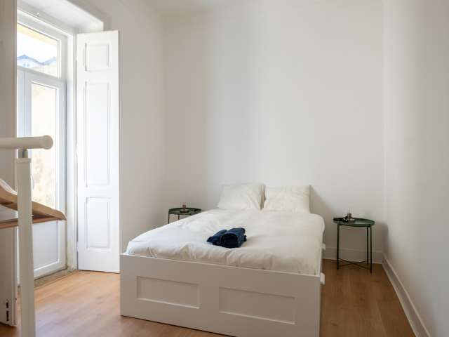 Bright room for rent in 4-bedroom apartment in Campolide