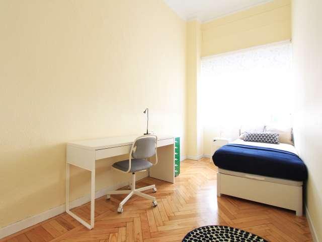 Sunny room in 7-bedroom apartment in Retiro, Madrid
