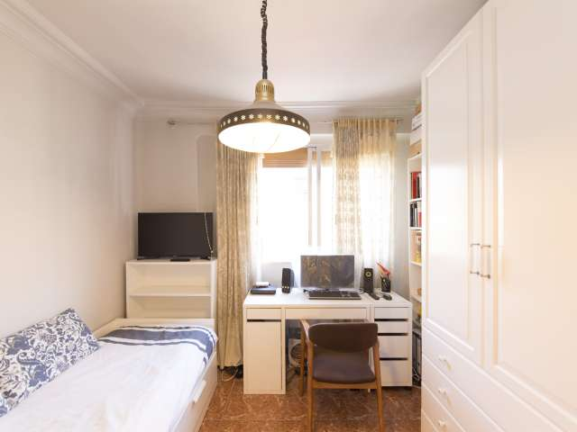 Bright room for rent in 2-bedroom apartment in Guindalera