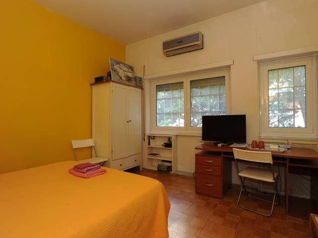 Camera arredata in appartamento con 4 camere da letto in EUR, Roma