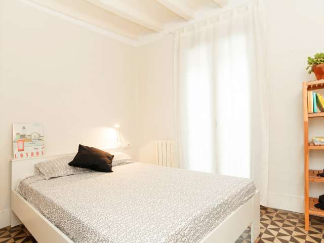 Equipped room in 5-bedroom apartment Barri Gòtic, Barcelona