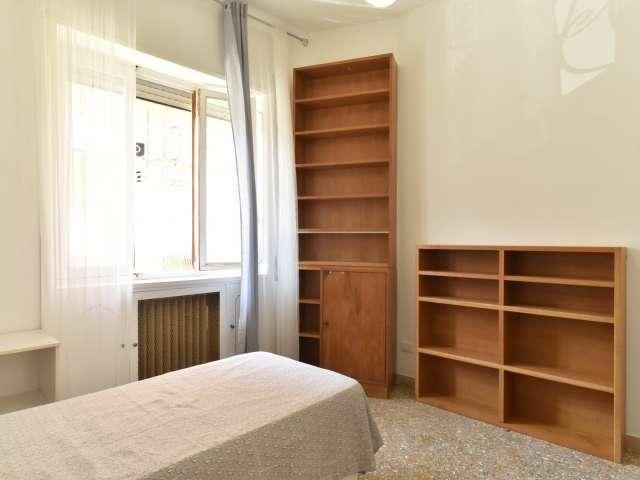 Luminosa camera in appartamento con 4 camere da letto a Triofale, a Roma