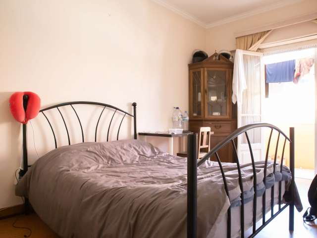 Sunny room to rent in 3-bedroom apartment, Campolide, Lisbon