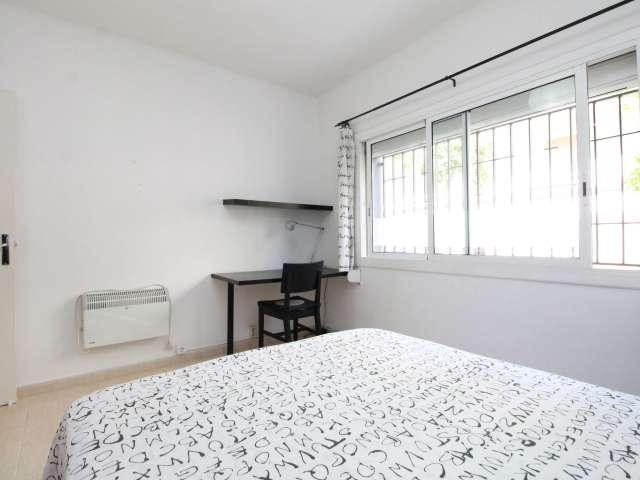 Equipped room in 3-bedroom apartment in La Teixonera