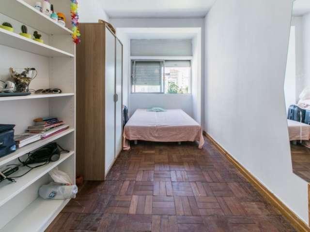 Grande quarto em apartamento com 6 quartos em Campo de Ouri, Lisboa