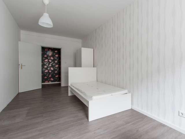 Geräumiges Zimmer in 5-Zimmer-Wohnung in Mitte, Berlin