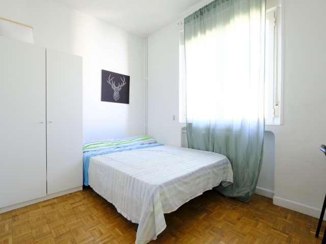 Chambre lumineuse à louer dans un appartement de 4 chambres à La Latina