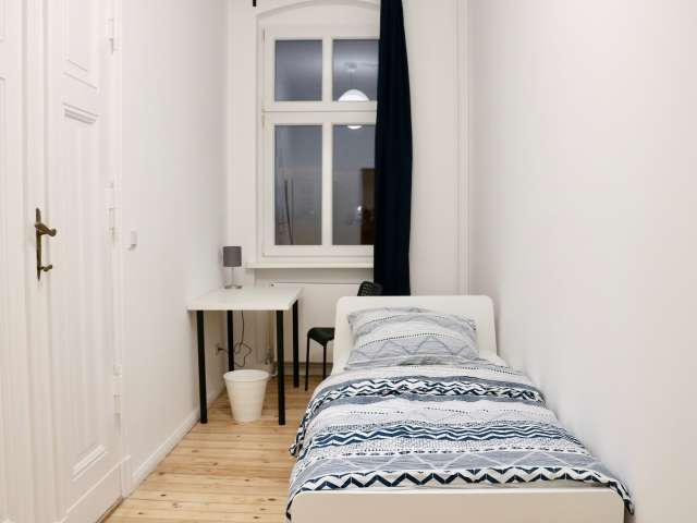 Modernes Zimmer in 5-Zimmer-Wohnung in Charlottenburg, Berlin