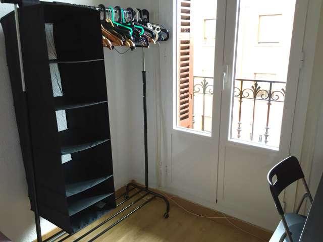 Se alquila habitación en apartamento de 5 dormitorios en Latina, Madrid