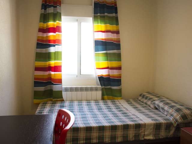 Furnished room in 2-bedroom apartment in Acacias, Madrid