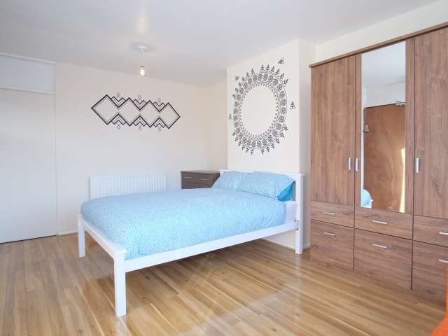 Room for rent in 4-bedroom apartment in Tower Hamlets
