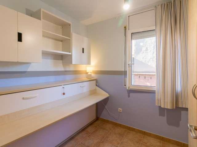 Room for rent in 3-bedroom apartment in Gràcia, Barcelona