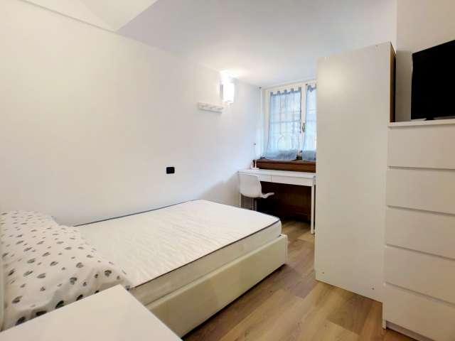 Bella camera in affitto in appartamento con 8 camere da letto in Centro