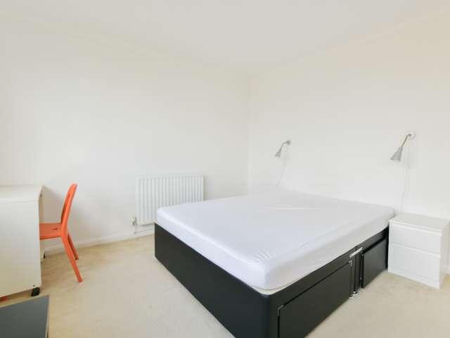 Spacious room to rent in 4-bedroom flat, Kensington, London
