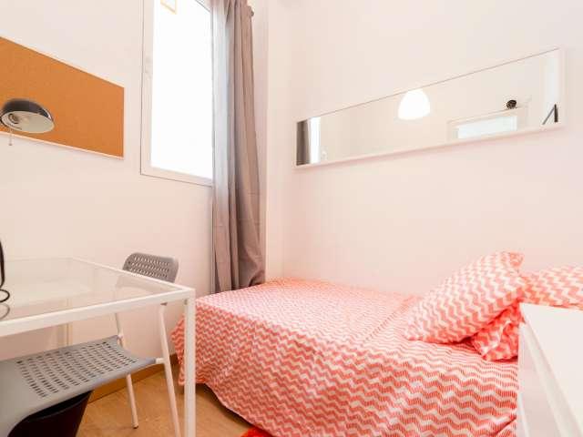Se alquila habitación en apartamento de 6 dormitorios en Eixample, Valencia