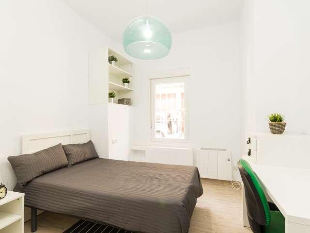 Large room in 5-bedroom apartment in Madrid Río, Madrid