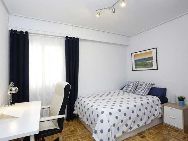 Intimate room in 5-bedroom apartment in Retiro, Madrid