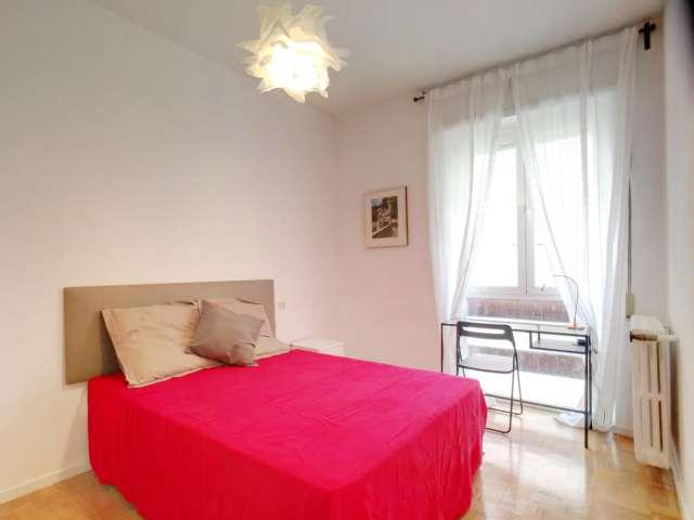 Compact room in 8-bedroom apartment in Nueva España, Madrid