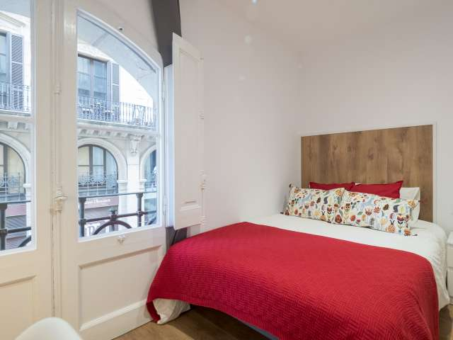 Room for rent in 4-bedroom apartment in El Born, Barcelona